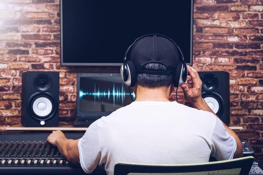 Casque home studio et enceintes ; une expérience d'écoute différente.