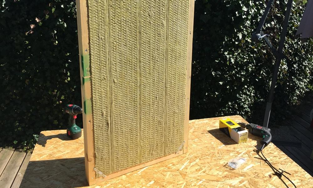Panneau acoustique ; mise en place de la laine de roche