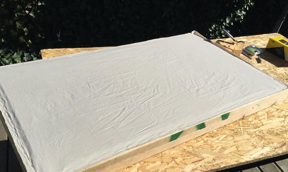 Mise en place du tissu au dos du cadre